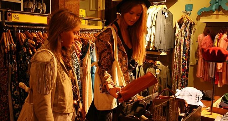 Angelica och Hilda börjar med att spana in vilka väskor Urban Outfitters har att erbjuda.