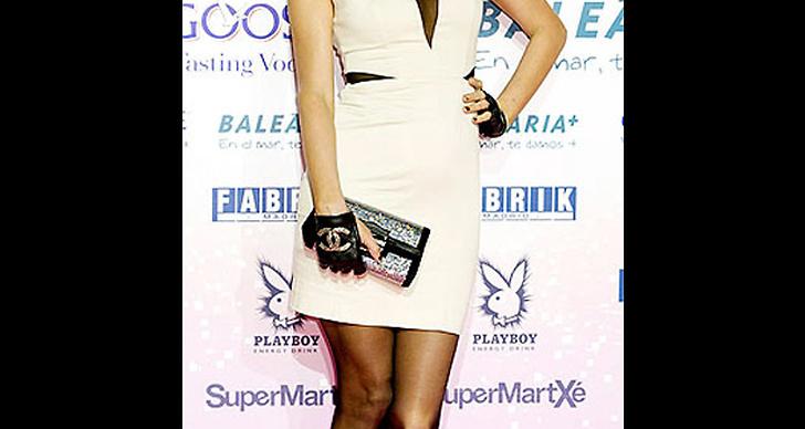 ... klär sig i vitt och handskar från Chanel.