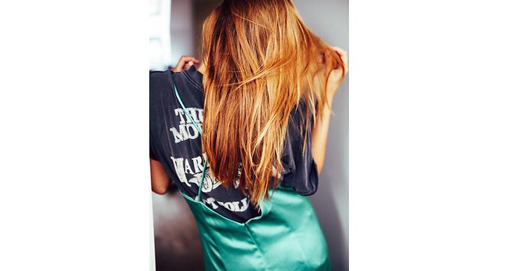 Få användning av din finklänning. Svårt att hitta tillfälle till att använda silkesklänningen med spagettiband? Dra den över en avslappnad t-shirt matcha med ett par sneakers.