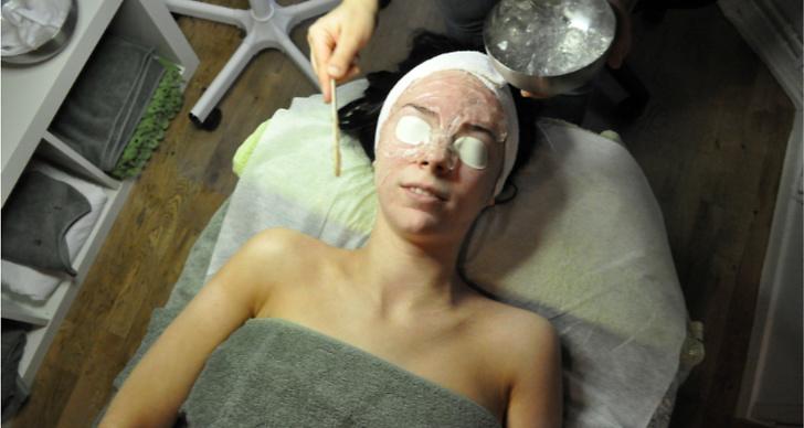 En kylande gel läggs på huden.