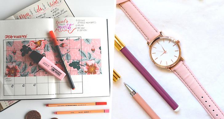 Bilden föreställer en färgglad almanacka, pennor och en klocka.