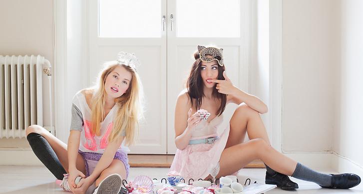 T-shirt: H&M. Bustier och trosor: Beyond Retro: Skor: Converse. Klänning (som kjol): Gina tricot. Skärp och skor: second hand.