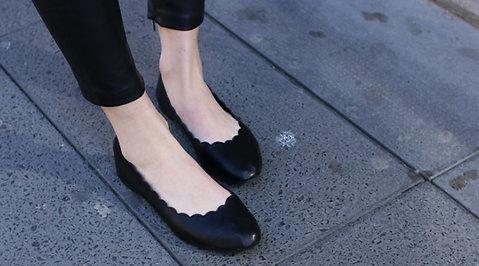 Så töjer du snabbt ut skor som är för små