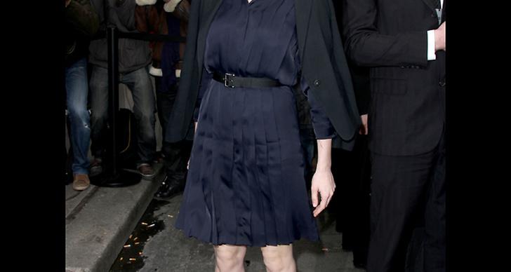 ... är sobert klädd i blått och svart.