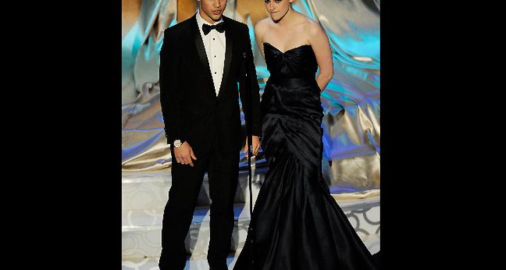 Stewart och hennes kumpan Taylor Lautner fick äran att presentera en Oscarsnominering.