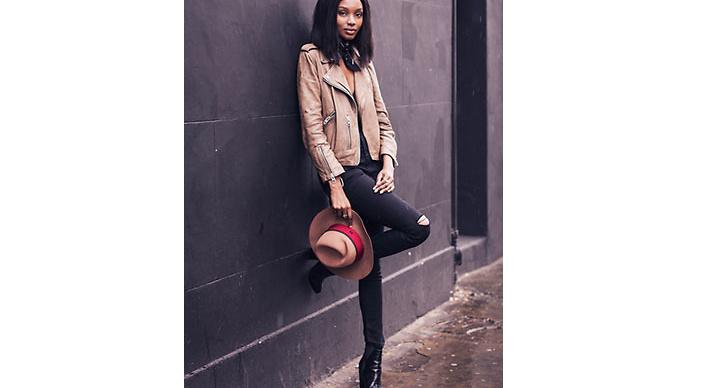 Natasha Ndlovu med sin alltid lika stilrena look använder sig av tuffa accessoarer för att fullända looken.