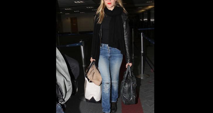 Lika snygg på flygplatsen i jeans och skinnjacka.