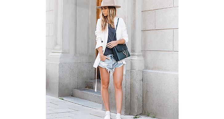 Lisa Olsson är supersnygg i hatt och slitna jeansshorts. Den vita kavajen är pricken över I.