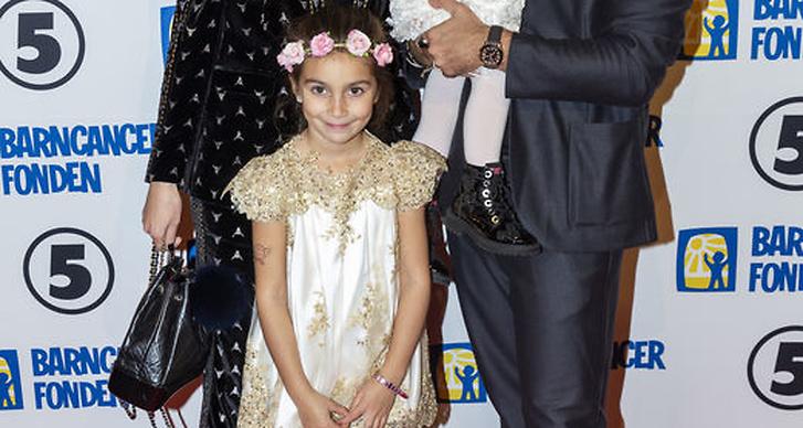 Alexia Kafkaletos med familj på Barncancergalan 2018 röda matta.