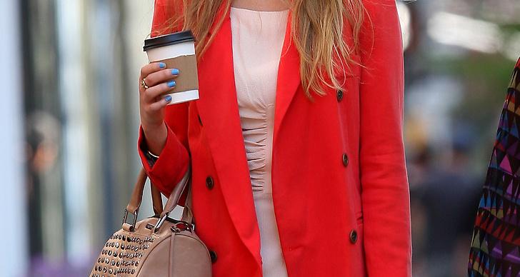 Blåa naglar, nudefärgad klänning och röd kavaj.
