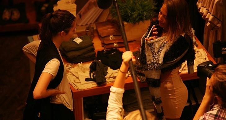 Josefins modell Emma byter om framför kameran.