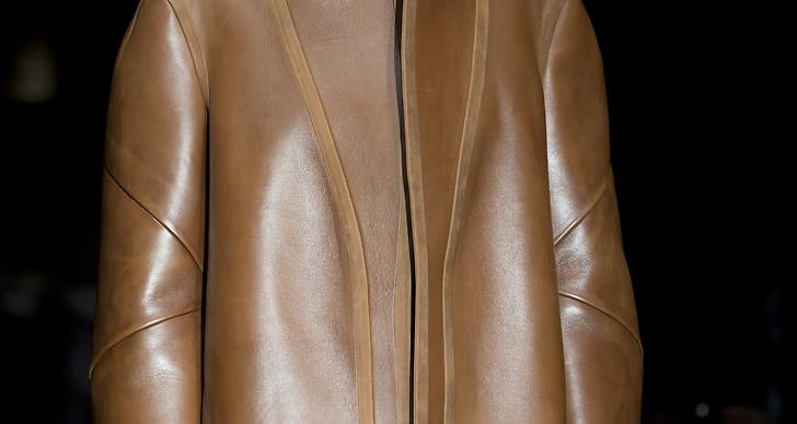 En liten serie bruna skinnplagg med quiltade detaljer