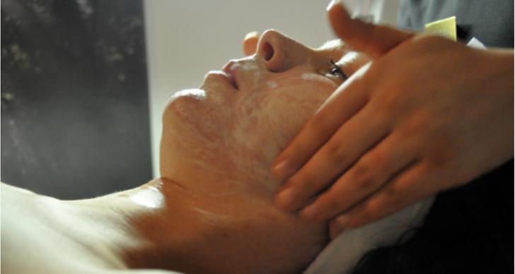 Först rengörs huden från smink och smuts.
