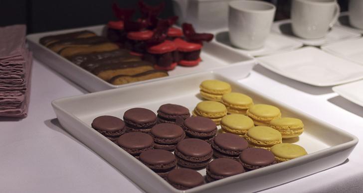 Det bjöds på macarons och andra godsaker som gjorde det svårt att koncetrera sig på kollektionen.