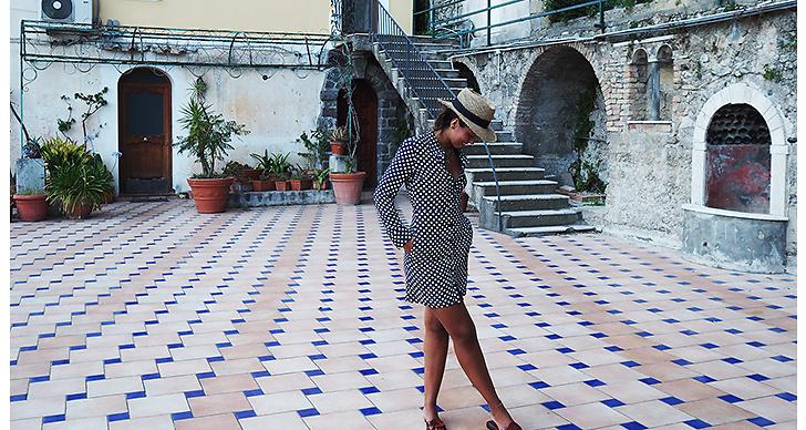 Hanna MW i en kaxig skjortklänning och hatt. Den perfekta semesterlooken, helt klart!