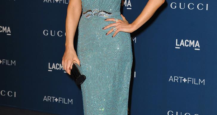 Sådisen Kate Beckinsale i fodralklänning i vacker duvblå nyans.