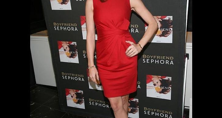... är stilig i röd klänning.