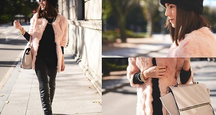 Carla från Spanien bryter av det svarta med sin ljusrosa pälskappa och väska. Matchat med guldsmycken. Mer av henne här http://lookbook.nu/carlaestevez