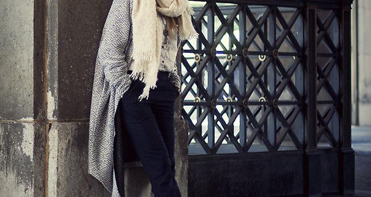 Lisa från New York i mysig grå oversizad kappa matchat med en lika stor halsduk. http://lookbook.nu/preoccupiedramblings